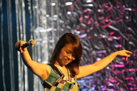 图文:唱响志愿校园行活动举行 陈明在现场演唱