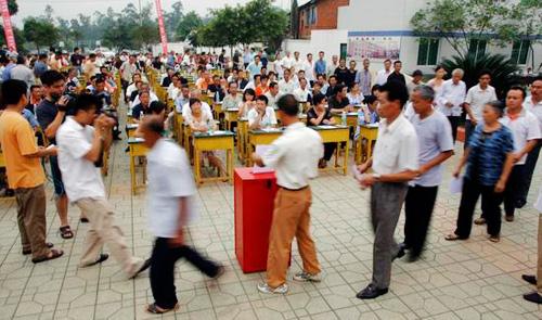 2007年7月10日,成都市新都区木兰镇,该镇党委书记刘刚毅公开接受全镇党员群众及机关干部的民主评议。群众投票