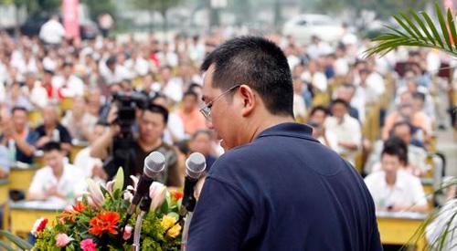 2007年7月10日,成都市新都区木兰镇,该镇党委书记刘刚毅公开接受全镇党员群众及机关干部的民主评议。刘刚毅在演讲中