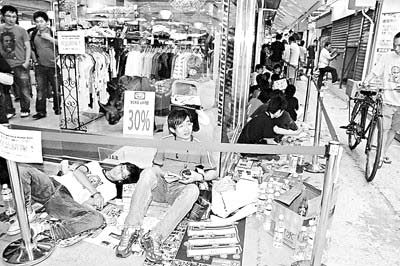 """陈冠希与周星驰所开的服饰店开张前,""""粉丝""""排队准备抢购"""