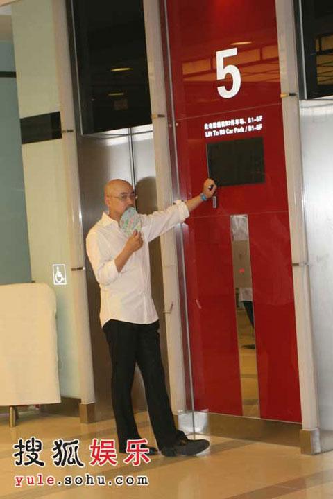 徐峥站在电梯门口催促老婆