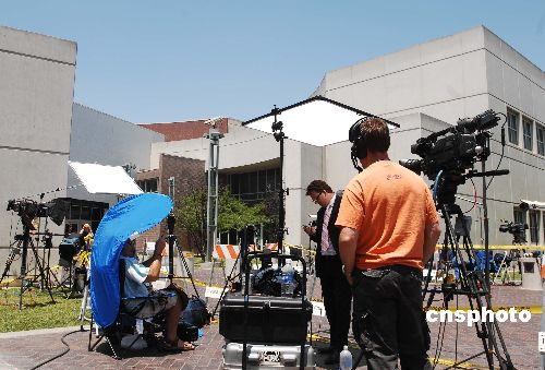 资料图:在洛杉矶的各国媒体记者已经纷纷在世纪地区女子监狱门前安营扎寨,准备报道帕丽斯·希尔顿如何走向新生活的第一步。 中新社发 贾国荣 摄