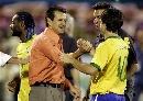 图文:[美洲杯]巴西7-6乌拉圭 双方和迭戈庆祝