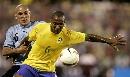 图文:[美洲杯]巴西7-6乌拉圭 吉尔伯托护球