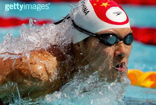 创意体育图集-运动员冲出水面的一瞬间