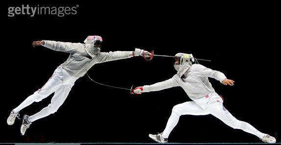 创意体育图集-选手跃起刺击对方的瞬间
