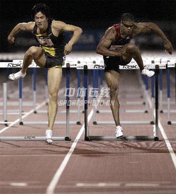身边的奥运图集- 刘翔(左)在比赛中