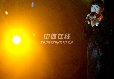 身边的奥运图集- 朱桦在晚会上进行表演