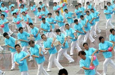 身边的奥运图集- 爱好者在做球操运动