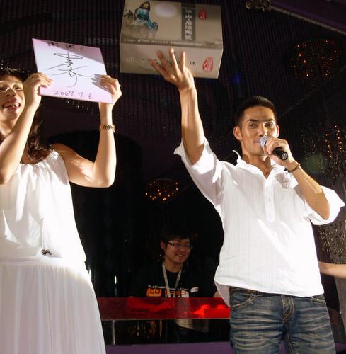 飞跃924执行总经理诗华与中孝介互赠礼物