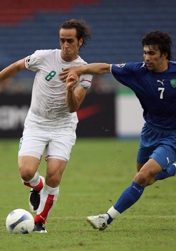 图文:[亚洲杯]伊朗VS乌兹别克 卡利米突破