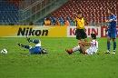 图文:[亚洲杯]伊朗2-1乌兹别克 放倒对方