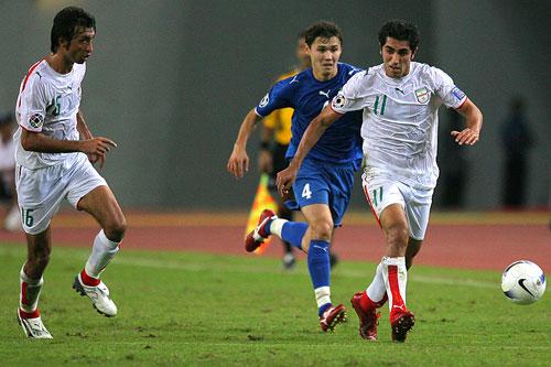 图文:[亚洲杯]伊朗5-1乌兹别克 马丹齐抬头观望