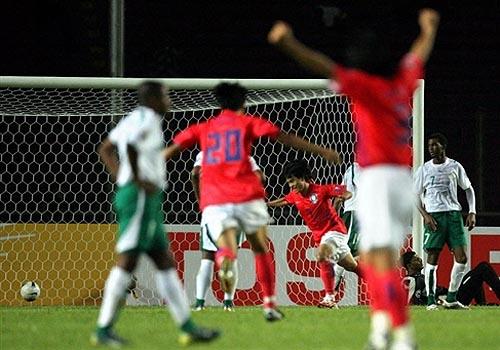 图文:[亚洲杯]韩国1-1沙特 崔成国破门瞬间