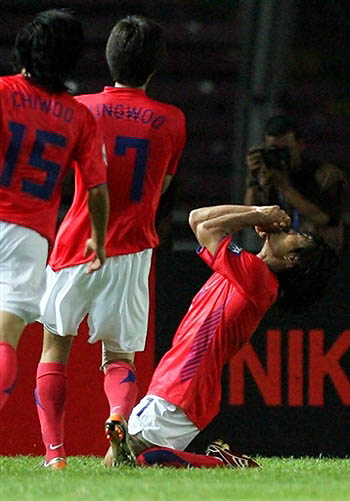 图文:[亚洲杯]韩国1-1沙特 崔成国跪谢上天
