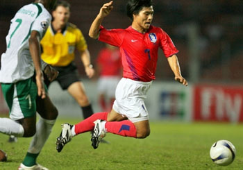 图文:[亚洲杯]韩国1-1沙特 沙特后卫放倒崔成国