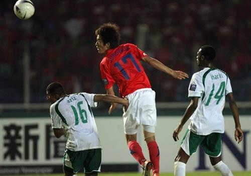图文:[亚洲杯]韩国1-1沙特 金正友弹跳出色