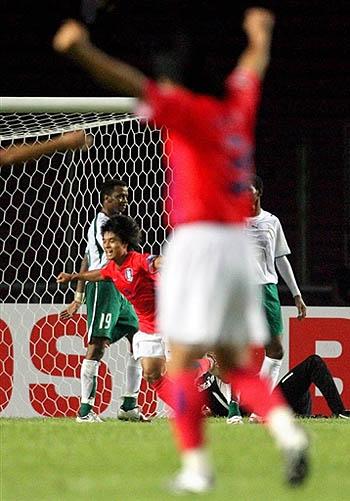 图文:[亚洲杯]韩国1-1沙特 金珍圭振臂高呼
