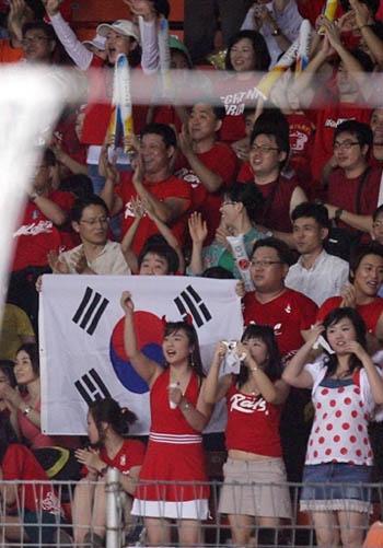 图文:[亚洲杯]韩国1-1沙特 韩国球迷助威