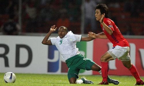 图文:[亚洲杯]韩国1-1沙特 马列克禁区摔倒