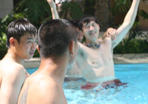 图文:[亚洲杯]国足观看伊乌战 继海水中嬉戏