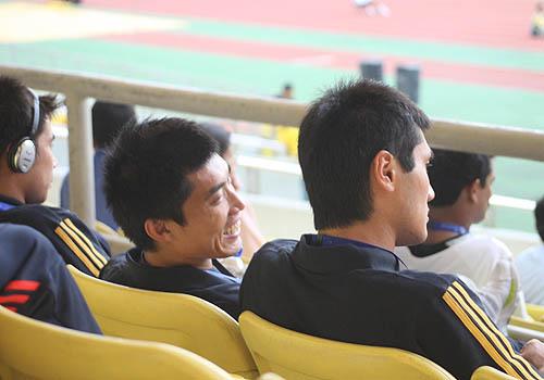 图文:[亚洲杯]国足观看伊乌战 郑智佳一说笑