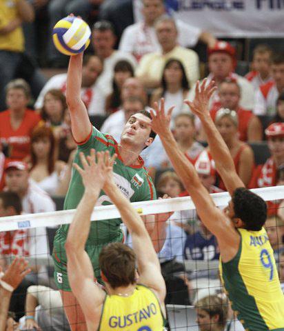 图文:世界男排联赛总决赛 保球员突破巴西防守
