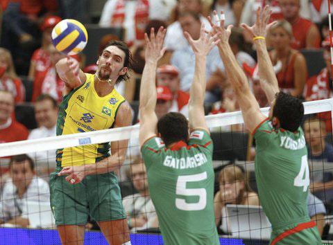 图文:世界男排联赛总决赛 巴西球员跃起扣球