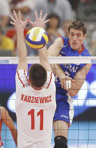 图文:世界男排联赛总决赛 皮球从手中间飞过