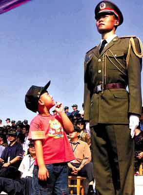 香港居民来到驻港部队军营  薛云麾/图