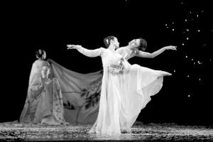 图为舞者演绎改编自《红楼梦》的作品。本报记者 蒲东峰 摄