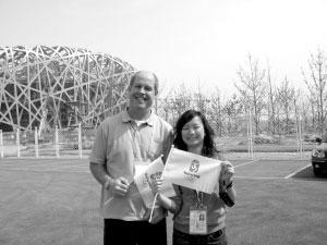 在北京奥运场馆前,张寅颖和2010年伦敦奥组委一位官员的合影。