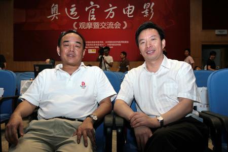 北京奥组委新闻宣传部副部长邵世伟(左)与中央新闻纪录电影制片厂副厂长郭本敏