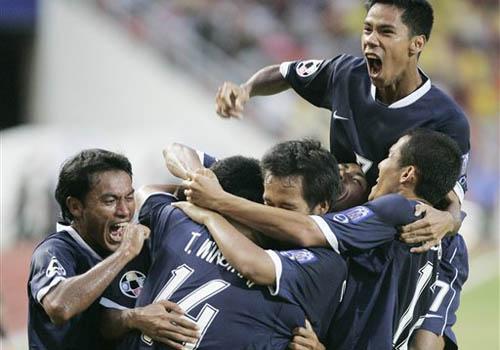 图文:[亚洲杯]泰国2-0阿曼 队友狂呼庆祝