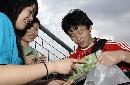 图文:[亚洲杯]国足备战伊朗 继海为女球迷签名