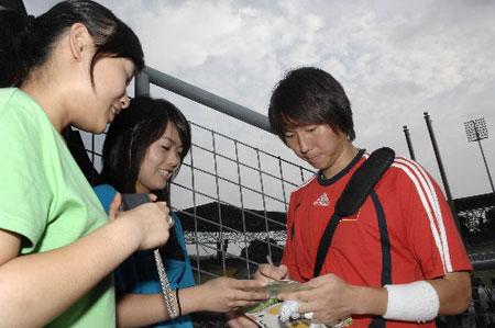 图文:[亚洲杯]国足备战伊朗 李铁为女球迷签名