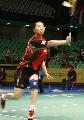 图文:羽毛球大师赛女双 杨维反手接球瞬间