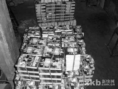 ▲记者在厂内发现大批印好的《猛鬼故事》。翠峰/摄