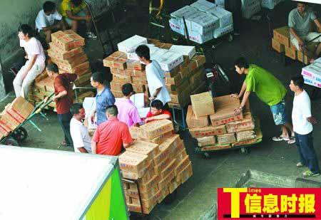 7月10日,东川新街市冰冻肉档,这里的冻排骨零售价为15元每市斤,比19元的生鲜排骨要便宜4元,所以,有一些市民选择买冻肉。