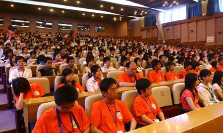 图文:第二届两岸青年联欢 台湾青年听取介绍