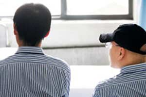 其中一名学生入院时脱发严重,现在新头发已慢慢长出来了