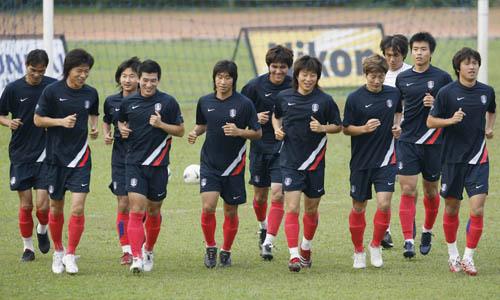 图文:[亚洲杯]韩国备战巴林 全队跑圈放松