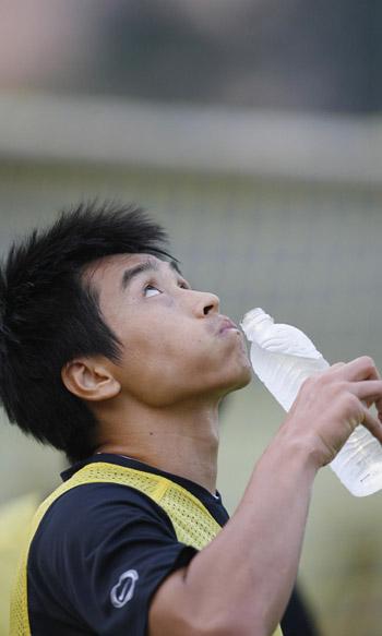 图文:[亚洲杯]韩国备战巴林 李东国抬头望天
