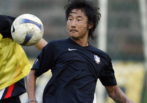 图文:[亚洲杯]韩国备战巴林 李天秀迎球欲扑