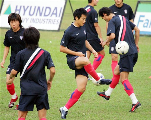 图文:[亚洲杯]韩国备战巴林 双人传球练习