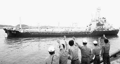 """7月12日,在韩国东南部的蔚山港,韩国工人向前往朝鲜的韩国油轮""""韩昌9号""""挥手告别。"""