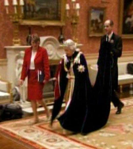 女王拂袖而去