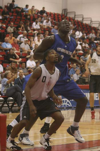 图文-[NBA]火箭迎战小牛 布鲁克斯抢篮板