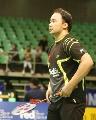 图文:羽球大师赛第二轮 张军整理衣服