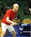 图文:羽球大师赛第二轮 丹麦选手准备接发球